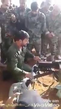 Thiếu tướng sư trưởng Tiger Suheil Al-Hassan huấn luyện binh sĩ sử dụng súng phóng lựu liên thanh AGS-17.