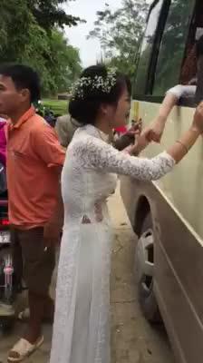 Cô dâu khóc trong ngày về nhà chồng
