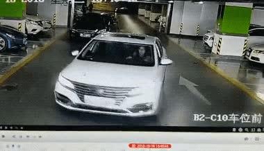 Sau khi gây ra rắc rối, người phụ nữ cuối cùng cũng kiểm soát được chiếc xe của mình và nhanh chóng lái thẳng ra ngoài.
