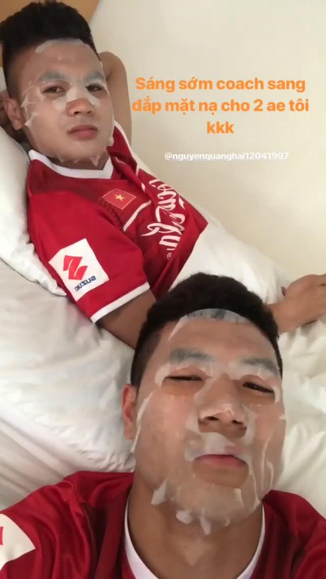 Quang Hải, Đức Chinh hớn hở khi được HLV Park Hang-seo đắp mặt nạ cho