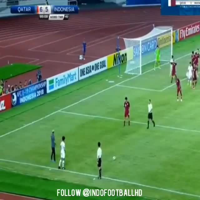 """Sau khi dẫn 5 bàn, HLV Qatar bị Indonesia dồn ép tới mức phải """"nổi đóa"""" bên đường biên"""