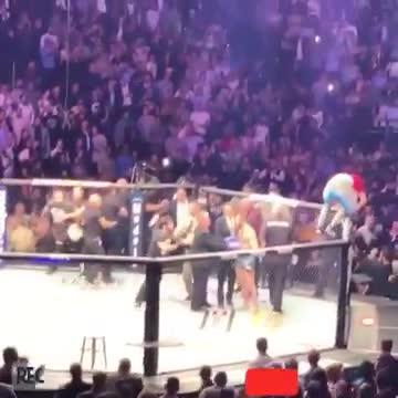 Conor McGregor bị đội của Khabib tấn công