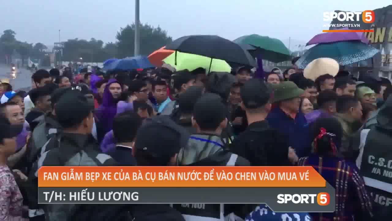 Chiếc xe đạp dán cờ cổ vũ đội tuyển Việt Nam bị người dân làm hỏng khi chen lấn mua vé AFF Cup 2018