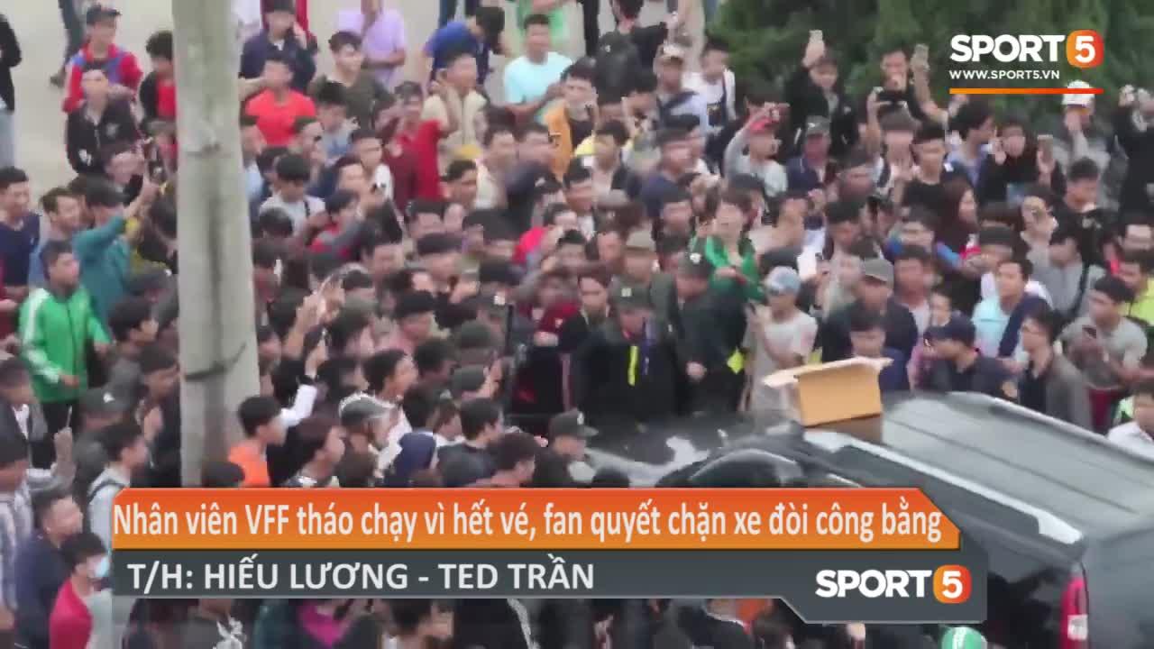 Cán bộ VFF tháo chạy vì hết vé, fan quyết chặn xe đòi công bằng. Video: Hiếu Lương - Ted Trần.