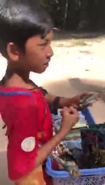 Video: Cậu bé Campuchia bắn hơn 10 thứ tiếng như gió.
