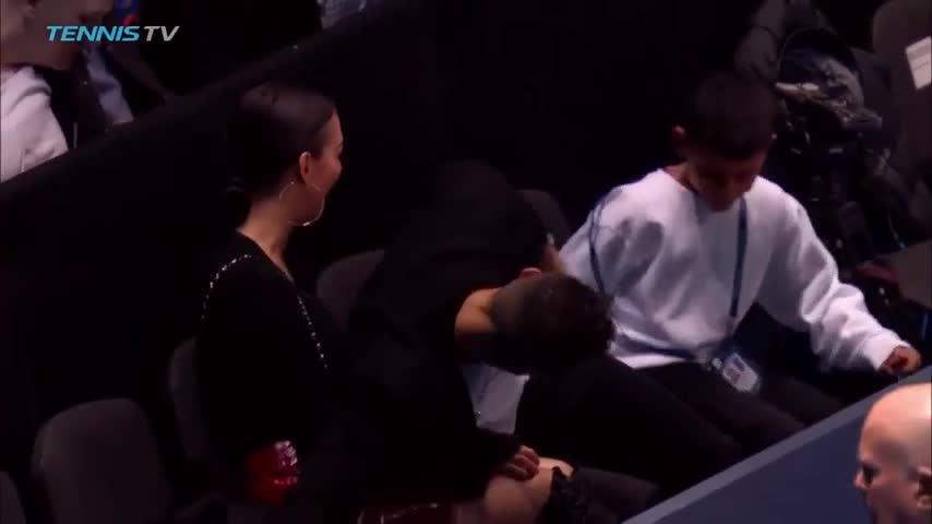 Tình huống Ronaldo bắt hụt khiến trái bóng rơi trúng đầu bạn gái.