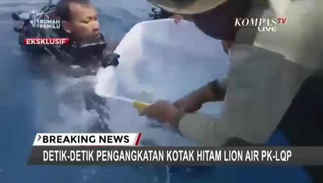 Video: Cận cảnh hộp đen máy bay Indonesia gặp nạn