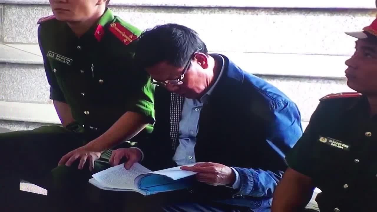 Bị cáo Phan Văn Vĩnh đọc cáo trạng tại phiên xét xử sáng 13/11.