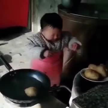 Em bé làm việc nhà thoăn thoắt giúp mẹ.