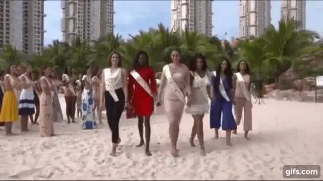 Khoảnh khắc Tiểu Vy nắm tay đồng đồng xuất hiện nổi bật trong clip được fanpage Miss World chia sẻ.