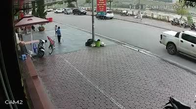 Video xe Mazda lao khỏi lan can bay xuống bờ kè sông Hồng.
