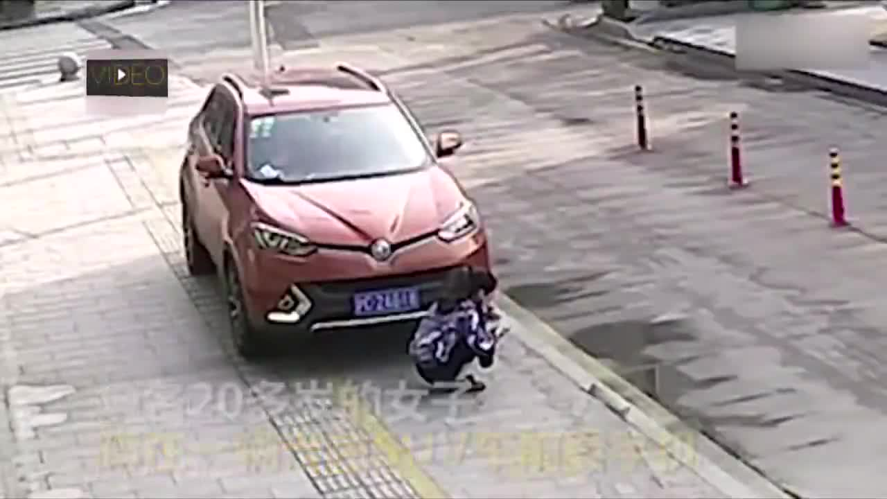 Cô gái bị ô tô suýt chèn qua người vì mải ngồi nghịch điện thoại.