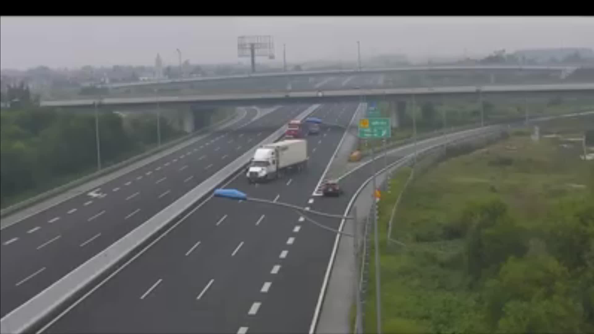Video: Thót tim xe container quay đầu chạy ngược chiều trên cao tốc