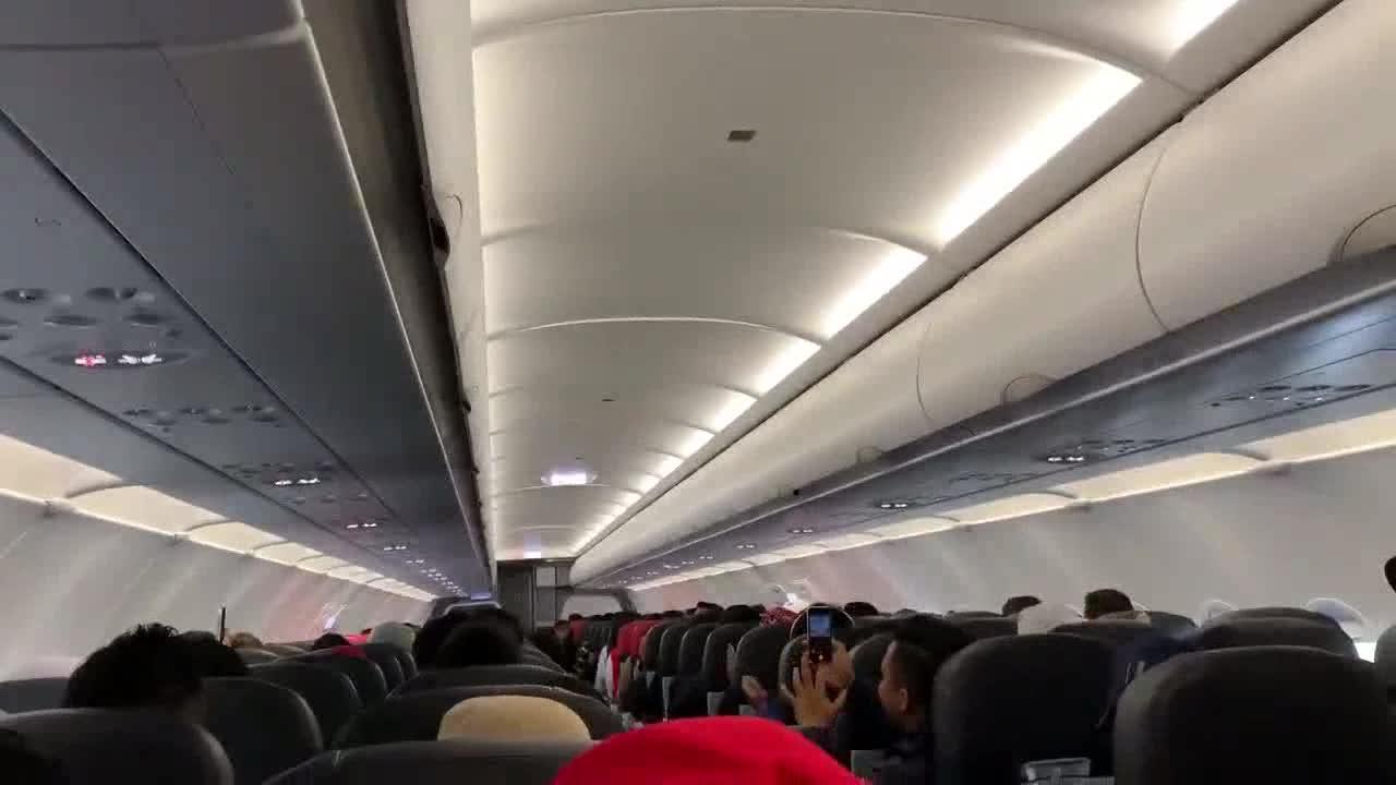 CĐV Malaysia hát trên máy bay