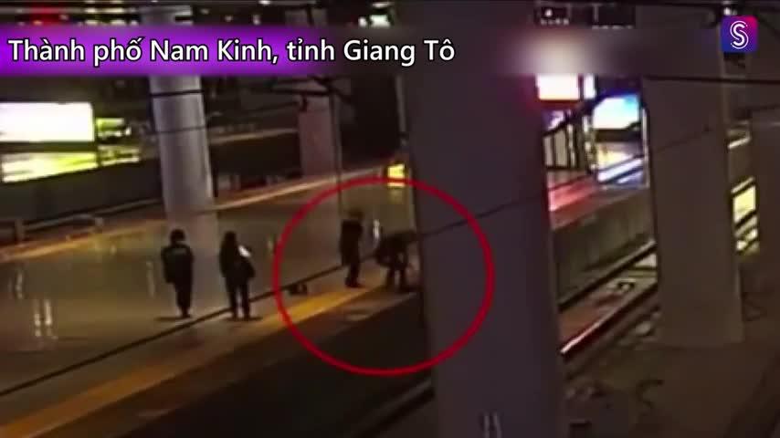 Cô gái Trung Quốc suýt bị tàu hỏa cán qua vì 'đùa với bạn trai'.