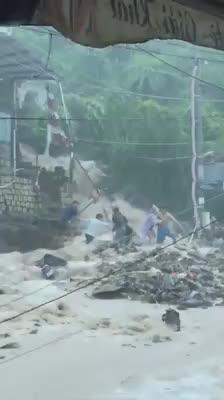 Nước lũ đổ từ thượng nguồn về, người dân tìm cách thoát khỏi nhà để tìm tới nơi an toàn