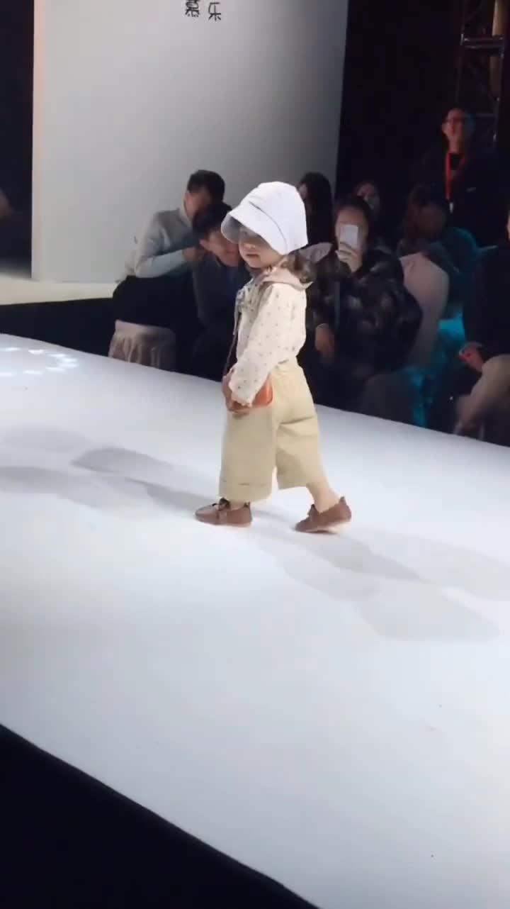 Màn trình diễn thời trang đang khiến dân mạng Trung Quốc điên đảo.