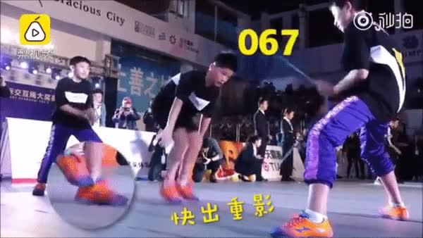 Nhóm học sinh Trung Quốc lập kỷ lục Guinness nhờ nhảy dây đôi 136 nhịp trong 30s.