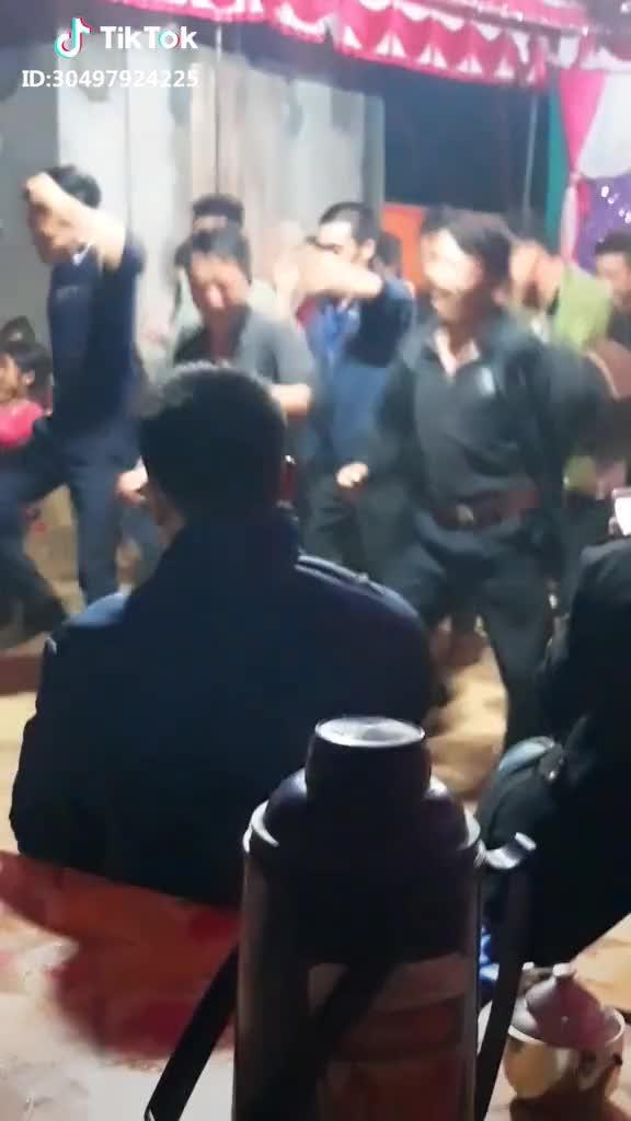Màn nhảy tập thể đều tăm tắp của các trai làng trong đám cưới khiến dân mạng xuýt xoa