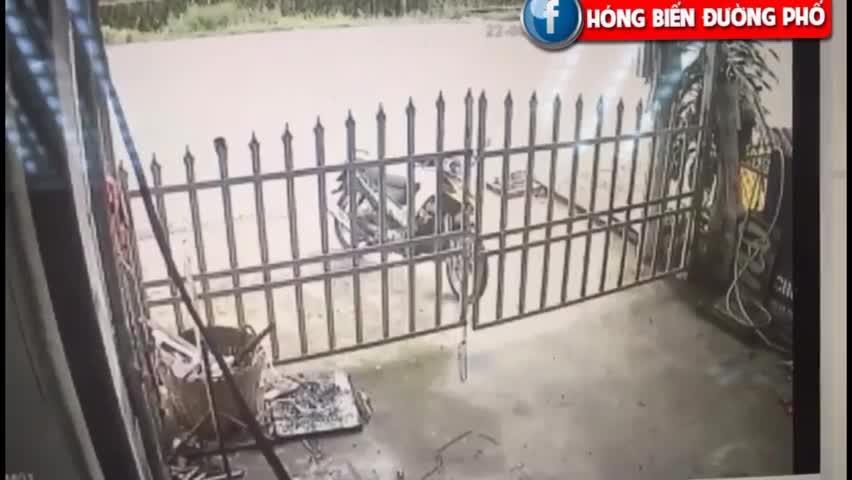 Khách về quên cài cổng, bé trai lao thẳng ra đường lớn khiến người mẹ nhảy điên loạn (Tai nạn bắt đầu từ 1p30)