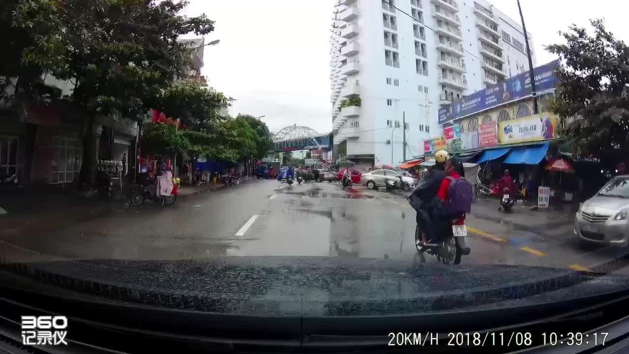 Video ghi lại cảnh nam thanh niên đi xe máy chặt tay tài xế ô tô sau va chạm.