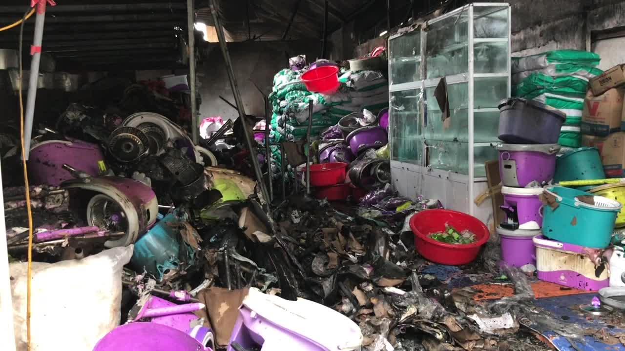 Video cận cảnh hiện trường vụ cháy kinh hoàng ở chợ Vinh (Nghệ An).