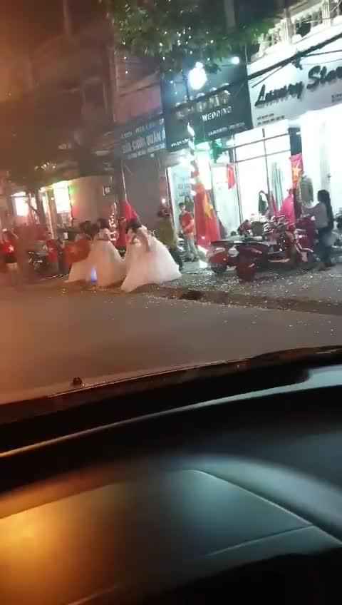 Dàn cô dâu xinh đẹp cổ vũ đội tuyển Việt Nam gây chú ý
