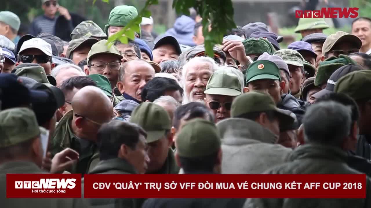 CĐV quá khích vào trong trụ sở VFF đòi mua vé xem chung kết AFF Cup bị công an xốc nách cho ra ngoài. Nguồn: VTC News