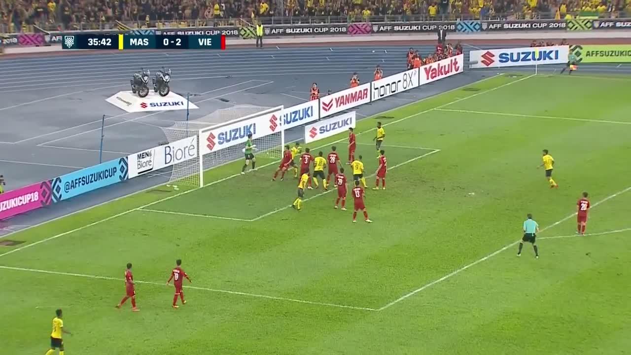 Văn Lâm bị đẩy ngã sau tình huống ghi bàn bên phía Malaysia