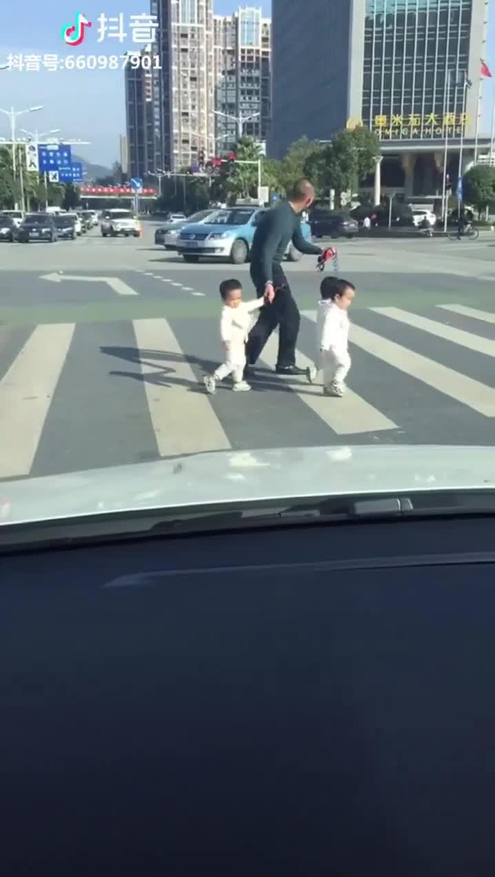 Đoạn clip về ông bố và 3 đứa con sinh ba khiến nhiều người chú ý.