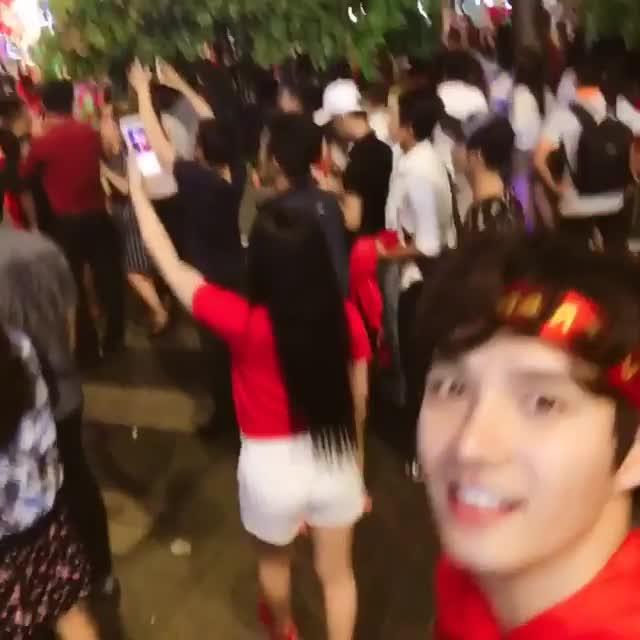 Mỹ nam Hàn cổ vũ đội tuyển Việt Nam