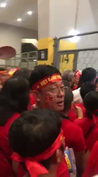 Clip á hậu Lệ Hằng ghi lại cảnh nhiều khán giả Việt Nam không được vào sân xem trận chung kết lượt đi.