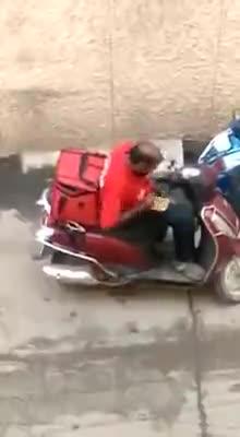 Video: Người giao hàng ăn đồ ăn của khách.