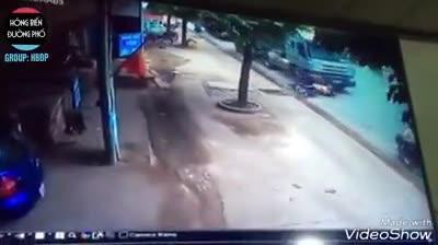 Xe máy đi song song bị cuốn vào gầm xe container
