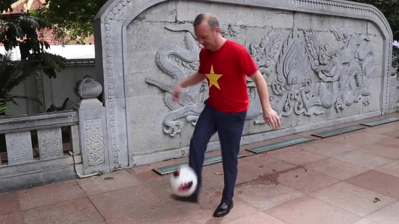 Đại sứ Anh tại Việt Nam mặc áo cờ đỏ sao vàng, trình diễn tâng bóng để cổ vũ đội tuyển Việt Nam trước trận chung kết
