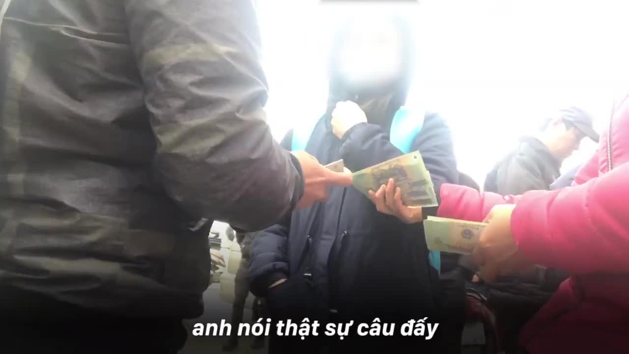 Clip: Cận cảnh những pha chặt chém gây sốc của dân phe vé trước mặt công an - Thực hiện: Hoàng Tuân. Biên dựng: Mutex