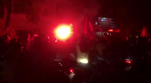 CĐV ăn mừng đốt pháo sáng trên phố cổ