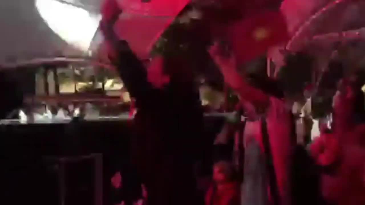 Phương Oanh hò hét khi Anh Đức đá vào lưới Malaysia.