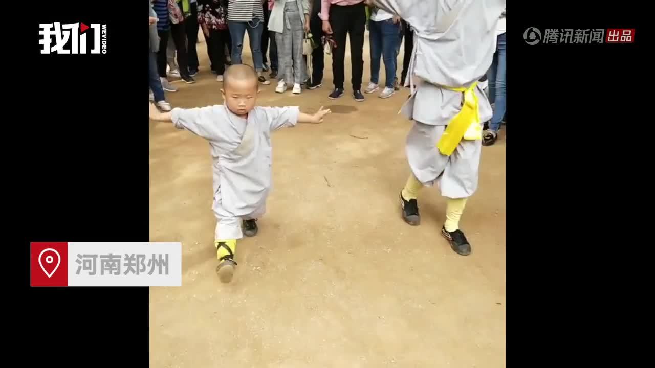 Tiểu hoà thượng 3 tuổi ở Thiếu Lâm Tự khiến cộng đồng mạng Trung Quốc phát cuồng vì quá đáng yêu.