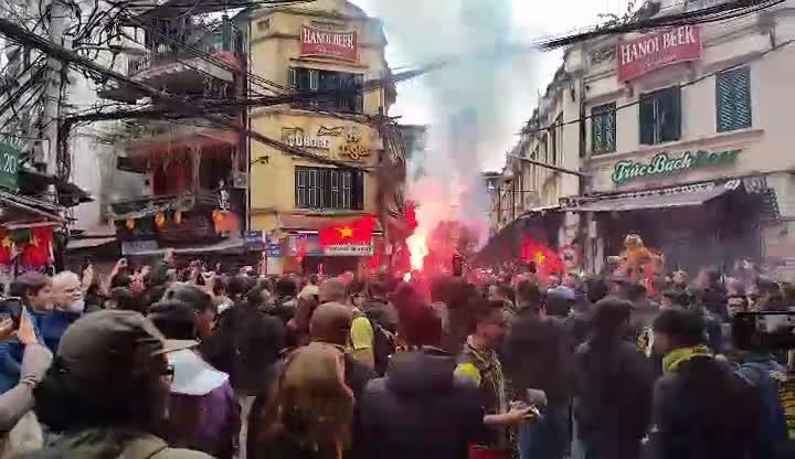 Fan Malaysia đốt pháo sáng, nhảy nhót tưng bừng ở phố cổ Hà Nội