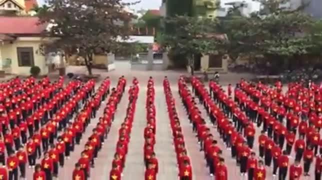 """Ngày 14/12, trên nền nhạc bài hát """"Việt Nam ơi"""", 600 học sinh trường Tiểu học Đằng Hải, quận Hải An, Hải Phòng đã có màn đồng diễn đầy ấn tượng cổ vũ đội tuyển Việt Nam."""