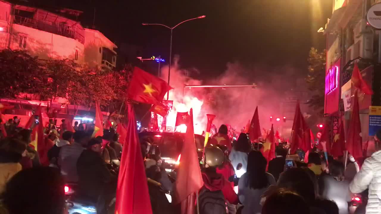 Cổ động viên đốt pháo sáng tại phố Phan Bội Châu đêm 15/12.
