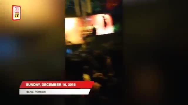 """Vợ HLV Tan Cheng Hoe được CĐV Malaysia """"giải cứu"""" khi bị mắc kẹt giữa nhóm CĐV Việt Nam"""