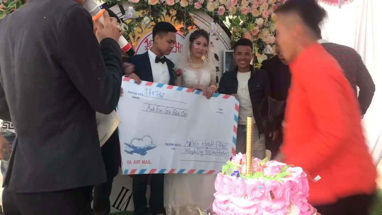 Phong bì mừng cưới to bằng tờ giấy A0 khiến MC phải thốt lên: 'Chú rể hôm nay sang vì bạn'
