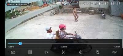 2 thanh niên áp sát người phụ nữ, giật dây chuyền trên cổ