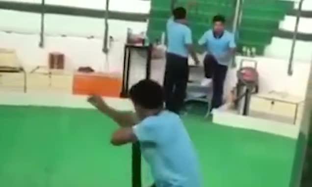 Video người đàn ông bị rắn cắn.