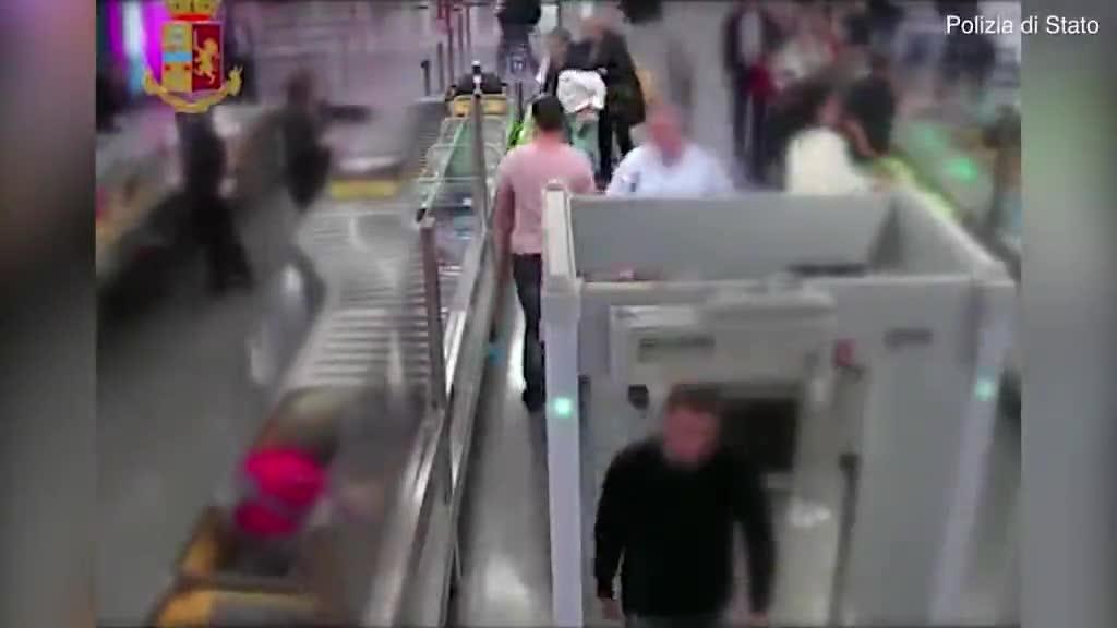 Video người đàn ông trộm hơn 8.800 USD từ khay đựng đồ của người khác.