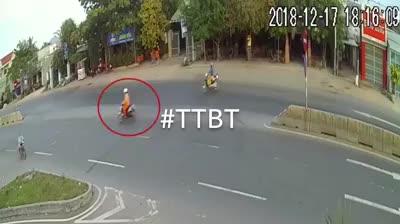 Pha sang đường cẩu thả khiến 3 xe máy gặp tai nạn