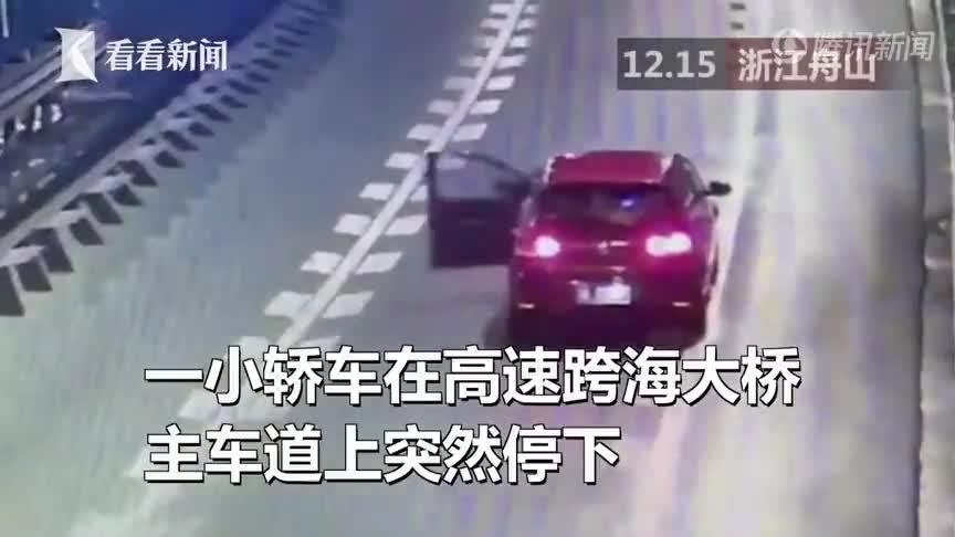 Cãi nhau với bạn trai, nữ tài xế xuống xe nằm dài giữa đường cao tốc ăn vạ.