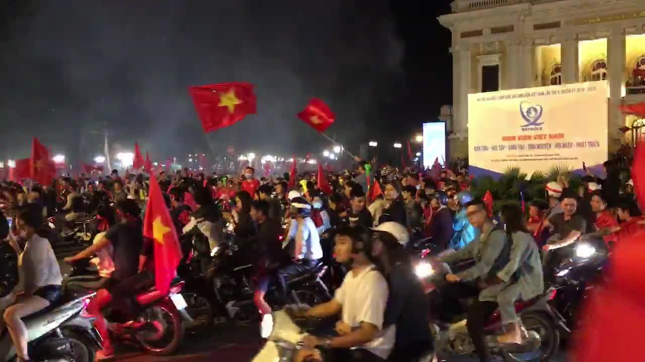 Video cổ động viên ăn mừng chiến thắng của đội tuyển Việt Nam được Đại sứ Gareth Ward chia sẻ